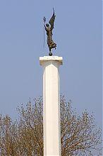 Ангел на вершине памятника Независимости Украины в Гусятине