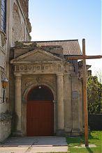 Северный фасад портала центрального входа гусятинского бернардинского костела