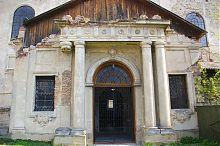 Центральный вход францисканского костела Гусятина