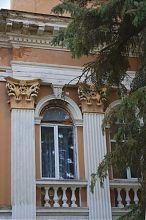 Вікно ризалита палацового комплексу в Микулинцях