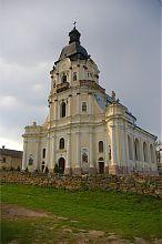 Південно-східний фасад микулинецького Троїцького костелу