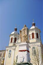 Статуя Спасителя перед бережанским собором Пресвятой Троицы