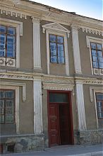 """Портал центрального входа здания """"Родной школы"""" в Бережанах"""