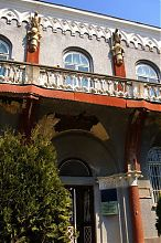 Центральний вхід будівлі банку в Бережанах
