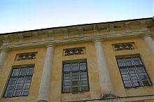 Лепной декор центрального фасада раевского охотничьего дворца