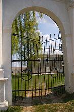 Арка центрального въезда бывшего кармелитского монастыря Вишневца