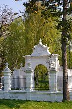 Одна из арок ограды парка в Вишневце