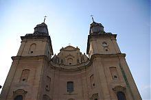 Завершення центрального фасаду костелу св. Антонія у Збаражі