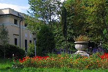 Клумба перед парковым фасадом дворца в Немирове