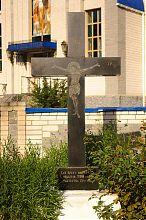 Памятный крест у Святомихайловского храма в Немирове