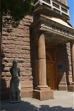 Центральный вход Запорожского областного краеведческого музея