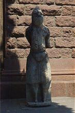Скіфський кам'яний істукан біля центрального входу краєзнавчого музею в Запоріжжі
