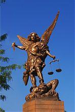 Статуя Архангела Михаїла біля воріт санктуарію Бога Отця Милосердного у Запоріжжі