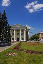 Восточный фасад украинского музыкально-драматического театра им. Магара в Запорожье