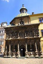 Львівська Каплиця Боїмів (Біблія для бідних) поряд з Латинською собором