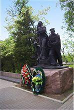 Памятник морякам-десантникам Азовской флотилии в бердянском парке Шмидта
