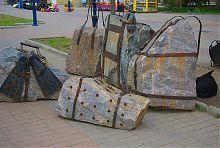 Чемоданы и рюкзаки бердянского памятника туристам