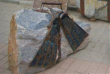 Чемодан і ласти пам'ятника відпочиваючим туристам в Бердянську