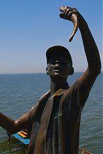 Фигура мальчика-рыбачка бердянского памятника детству