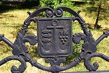 Символы Бердянска на скамье в Приморском парке