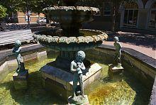 Фигурки мальчиков-купидонов фонтана в Бердянске