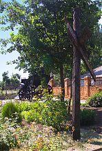 Памятный крест Нестору Махно возле гуляйпольского памятника тачанке