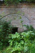 Опорна стіна зовнішнього оборонного периметра форту в Тараканові