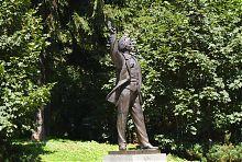 Скульптура В'ячеслава Чорновола на Губернаторських Валах у Львові