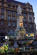 Статуя Девы Марии на проспекте Свободы Львова