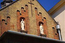 Фронтон каплиці з фігурами святих Косми і Даміана колишнього львівського монастиря кармеліток