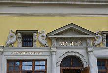 Портал центрального входа в музей львовской почты