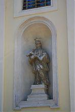 Скульптура святого на фасаде львовского костела кармелитов босых (церковь Архистратига Михаила)