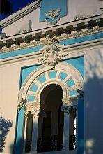 Элементы декора центрального фасада Житомирского краеведческого музея