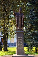 Памятник папе Иоанну Павлу II перед Софийским собором Житомира