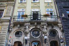 Центральний фасад кам'яниці Убальдіні у Львові