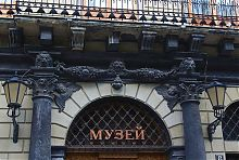 Портал центрального входу Історичного музею у Львові