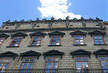 Скульптури лицарів на вершині будівлі Львівського історичного музею