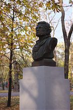 Бюст Пушкина в мариупольском Городском саду