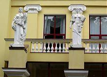 Музи на фасаді харківського Театру російської драми ім. О.С.Пушкіна