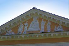 Фронтон паркового фасаду палацу Ганських