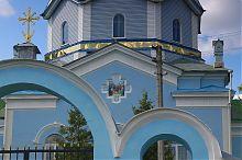 Латинский крест на фасаде дерманской Троицкой церкви