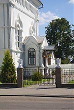 Бічний вхід собору в Дубно