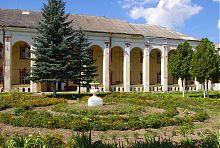 Центральный фасад дубенского монастырского корпуса кармелитов