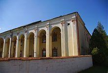 Колонный портик монастыря кармелиток в Дубно