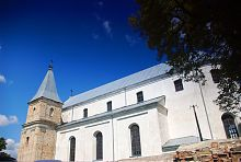 Південний фасад католицького храму в Клевані