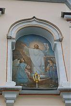 Изображение святых над центральным входом колокольни Троицкой обители