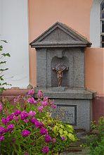 Надгробок біля стін костелу святого Антонія в Корці