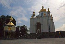Центральний фасад Свято-Покровського храму в Рівному