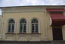 Центральний фасад синагоги в Рівному