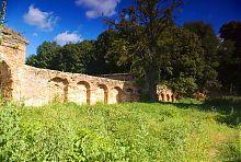 Оборонна стіна костелу святого Лаврентія в Тайкурах